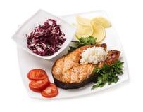 Gegrillte Forelle mit Gemüse und Reis Stockfoto