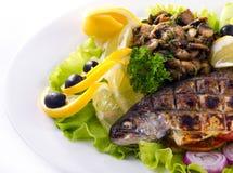 Gegrillte Forelle mit Kalk und Salat stockfotos