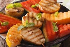 Gegrillte Frucht: Wassermelone, Melone, Apfel, Birnenmakro horizontal Stockfotos