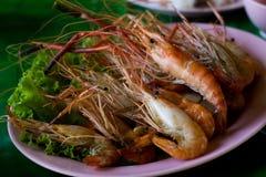Gegrillte Garnele und Brand auf grünem slad , Meeresfrüchte stockfotografie