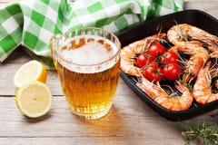 Gegrillte Garnelen auf Bratpfanne und Bier Stockbild