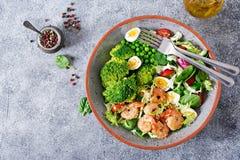 Gegrillte Garnelen und Frischgemüsesalat, Ei und Brokkoli Gegrillte Garnelen Stockbild