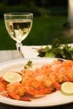 Gegrillte Garnelen und weißer Wein im Freien Lizenzfreies Stockfoto