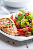 Gegrillte Hühnchen-Brust mit Salat Stockbild