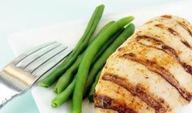 Gegrillte Hühnchen-Brust und grüne Bohnen Lizenzfreies Stockbild