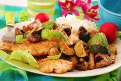 Gegrillte Hühnchenbrust mit Zucchini und Pilzen Stockbild
