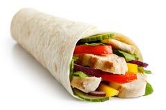 Gegrillte Hühner- und Salattortillaverpackung lokalisiert auf Weiß Kein sa Lizenzfreies Stockfoto