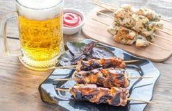 Gegrillte Hühneraufsteckspindeln mit Kräutern und würziger Soße Stockfotografie
