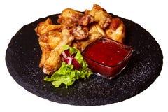 Gegrillte Hühnerbeintrommelstöcke auf einem schwarzen Brett stockfotos