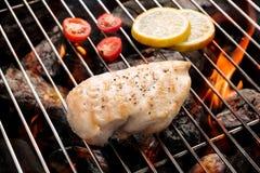 Gegrillte Hühnerbrust auf dem lodernden Grill Stockfoto