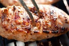 Gegrillte Hühnerbrust auf Grill Stockfotos