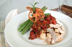 Gegrillte Hühnerbrust mit einem Tomatenbelag und -spargel lizenzfreie stockbilder
