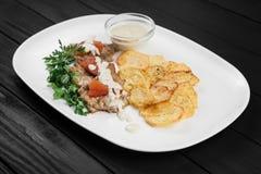 Gegrillte Hühnerbrust mit Kartoffeln und Soße Stockfoto