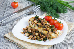 Gegrillte Hühnerbrust mit Pilzen Lizenzfreie Stockfotos
