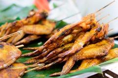 Gegrillte Hühnerflügel auf Banane treiben, thailändisches Artlebensmittel Blätter Thailändisches traditionelles Menü - thailändis Lizenzfreie Stockbilder