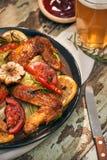 Gegrillte Hühnerflügel gewürzt mit Paprikapfeffern und -rosmarin stockbilder