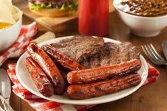 Gegrillte Hamburger und Hotdogs stockbilder