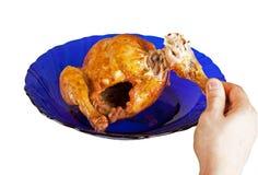 Gegrillte Henne auf Teller mit der männlichen Hand Stockfotos