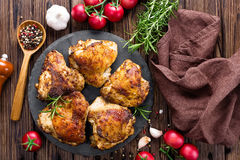 Gegrillte Huhnschenkel stockfotos