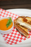Gegrillte Käse- und Tomatesuppe Stockbild