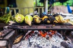 Gegrillte Körner verkauft im Straßenrand-Stall in Borneo Lizenzfreies Stockfoto