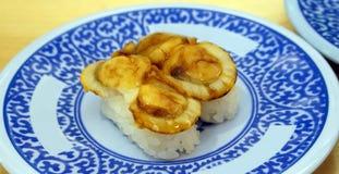 Gegrillte Kamm-Muschel nigiri Sushi Lizenzfreie Stockbilder