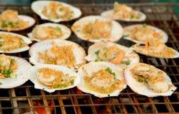 Gegrillte Kamm-Muscheln überstiegen mit Butter Stockfotos