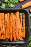 Gegrillte Karotten mit Petersilie Stockfotografie