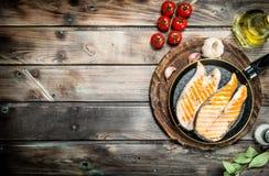 Gegrillte Lachse in einer Wanne mit Gewürzen und Kräutern stockfotos