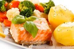 Gegrillte Lachse, gekochte Kartoffeln und Gemüse Stockbilder