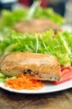 Gegrillte Lachse und Salat Stockbild