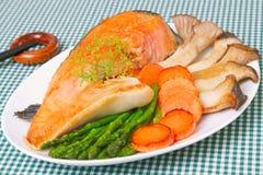 Gegrillte Lachse mit Gemüse. Lizenzfreie Stockfotografie