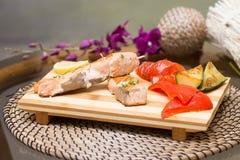 Gegrillte Lachse mit Gemüse Pfeffer, Zitrone, Aubergine Stockbild