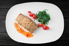 Gegrillte Lachse mit Kartoffeln und Soße auf weißer Platte stockfotos