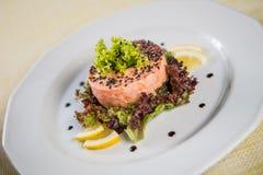 Gegrillte Lachse mit Salat-Blättern Stockbild
