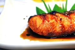 Gegrillte Lachse mit Teriyaki sauce auf der weißen Platte Stockfotos