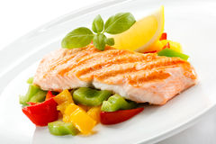 Gegrillte Lachse und Gemüse lizenzfreies stockbild