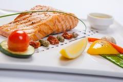 Gegrillte Lachse und Gemüse auf der weißen Platte stockfotos