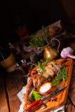 Gegrillte Lammschulter mit dem Rosmarin gedünstet im Ofen stockfoto