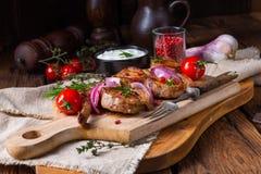 Gegrillte Lammschulter mit dem Rosmarin gedünstet im Ofen stockbild