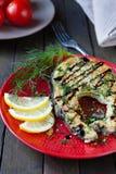 Gegrillte Leiste von Fische Escolar mit Zitrone und Soße stockfoto