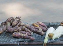 Gegrillte Manioka, gebratene Banane und gegrillter Mais Lizenzfreie Stockfotos
