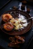 Gegrillte Pfirsiche, Eiscreme, ganache und Mandeln lizenzfreie stockfotos