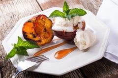 Gegrillte Pfirsiche mit frischer Creme Lizenzfreie Stockbilder
