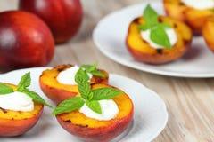 Gegrillte Pfirsiche und mascarpone mit Minze Lizenzfreie Stockfotos