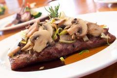 Gegrillte Rindfleisch-Steaks mit Pilzen Stockfoto
