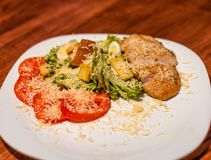 Gegrillte Rindfleischsteaks auf einer Platte mit unterschiedlichem Gemüse lizenzfreie stockfotos