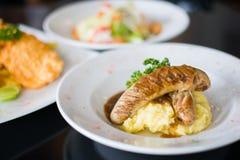 Gegrillte Rindfleischwürste mit Kartoffelpüree Stockfotos
