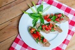 Gegrillte Sandwiche mit Basilikum und Tomaten stockbild