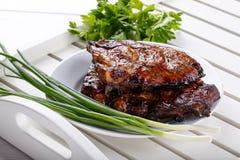 Gegrillte Schweinefleischrippen Fleisch bbq-Rippen auf wei?em Beh?lter lizenzfreies stockfoto